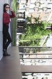 Иллюзия девушки лежа вниз в городе 4 Стоковое фото RF