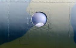 Иллюминатор на борту военного самолета Стоковые Фотографии RF