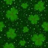 Иллюстрация вектора предпосылки клевера зеленого цвета дня St. Patrick безшовная Стоковые Изображения RF