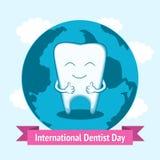 Иллюстрация к международному дню дантиста Счастливый зуб усмехаясь и показывая большие пальцы руки вверх Стоковые Изображения