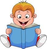 Мальчик шаржа читая книгу Стоковое фото RF