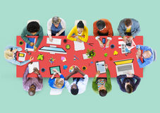 Иллюстрация многонациональной группы людей работая иллюстрация вектора