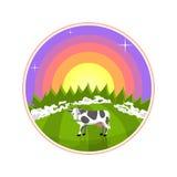 Иллюстрация шаржа сельских районов Корова в поле на восходе солнца Туманный луг с коровой, лесом и солнцем на предпосылке Стоковое Фото