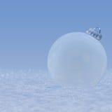 Иллюстрация - шарик рождества в снеге. Стоковое Изображение