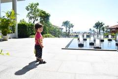 идя день ребенка солнечный на наружный усмехаться места Стоковые Изображения RF