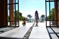 идя день ребенка солнечный на наружный усмехаться места Стоковые Фотографии RF