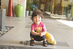 идя день ребенка солнечный на наружный усмехаться места Стоковые Фото