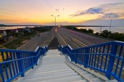 Идя лестницы к шоссе Стоковые Изображения RF