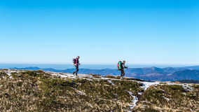 Идя пары в прикарпатских горах Стоковое Изображение RF