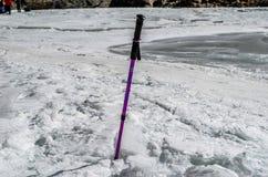 Идя ручка в замороженном реке стоковое фото rf
