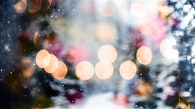 Идя снег абстрактная картина с идти снег против леса и bokeh зимы освещает света леса и bokeh зимы Стоковые Фотографии RF
