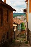 Идя улица в старом городке Veliko Tarnovo Стоковое фото RF