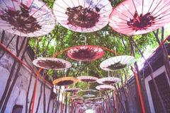 Идя улица с крышей зонтика, красочной зонтика с fil Стоковое Изображение RF