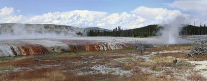 Йеллоустон. Mammoth Hot Springs. Панорама. Стоковая Фотография