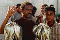 Йеменский рыболов демонстрирует задвижку дня на рыбном базаре в Al Hudaydah, Йемене Стоковые Изображения RF
