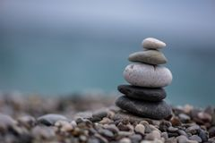Йога балансируя камней Стоковые Фото