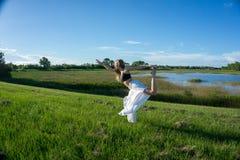 Йога белокурой духовной женщины практикуя и делать положение танца короля вытягивая смычок или Natarajasana/Dandayamana стоковые изображения rf