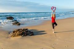 Йога влюбленности морем стоковое фото rf