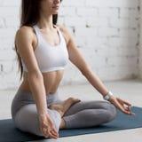 Йога внутри помещения: Половинная позиция лотоса стоковые изображения rf