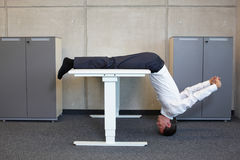 йога в офисе Стоковые Изображения