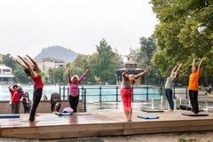 Йога в парке стоковое изображение rf