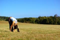 йога девушки поля практикуя стоковое фото rf