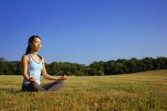 йога девушки поля практикуя Стоковая Фотография RF