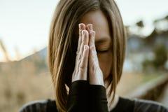 Йога девушки размышляя и практикуя в природе Концепция здоровья и релаксации стоковое изображение rf