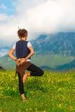 Йога девушки практикуя в природе Стоковое Изображение