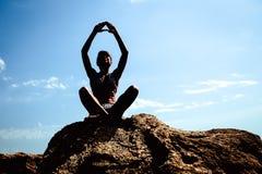 Йога девушки практикуя на пляже Стоковые Фото