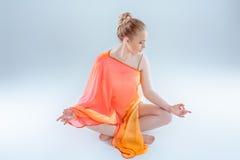 йога девушки практикуя Стоковое фото RF