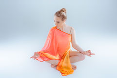 йога девушки практикуя Стоковое Фото