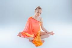 йога девушки практикуя Стоковая Фотография RF