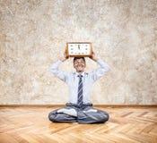 Йога дела с часами Стоковое Фото
