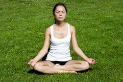 йога женщины зеленого цвета травы Стоковое фото RF