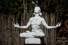 Йога женщины - ослабьте в природе Статуя женщины которая размышляет как замечено в улице Canyon Road в Санта-Фе стоковая фотография