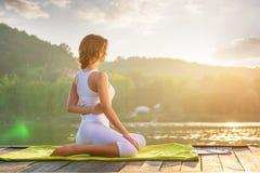 Йога женщины - ослабьте в природе стоковое фото