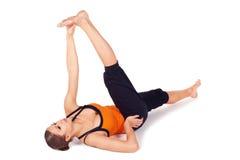 йога женщины пальца ноги большого представления практикуя возлежа Стоковая Фотография RF