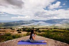 Йога женщины практикуя в горах Стоковая Фотография RF