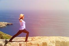 Йога женщины практикуя в сценарных горах Стоковые Фото