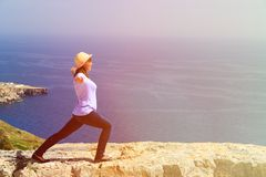 Йога женщины практикуя в сценарных горах Стоковое Фото