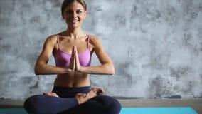 Йога женщины практикуя крытая сток-видео