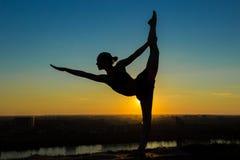 Йога женщины практикуя - лорд представления танца Стоковые Изображения RF
