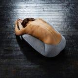 Йога женщины практикуя предварительная в живущей комнате дома Серия представлений йоги Стоковое Фото