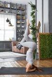 Йога женщины практикуя предварительная в живущей комнате дома Серия представлений йоги Стоковое фото RF