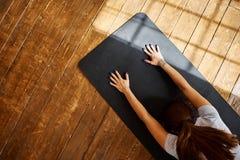 Йога женщины практикуя предварительная в живущей комнате дома Серия представлений йоги Стоковые Изображения