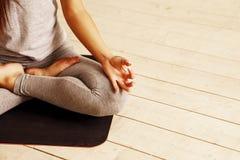 Йога женщины практикуя предварительная Серия представлений йоги Стоковые Изображения RF