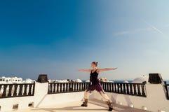Йога женщины практикуя Стоковая Фотография RF