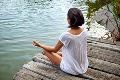 йога женщины практикуя Стоковое Изображение