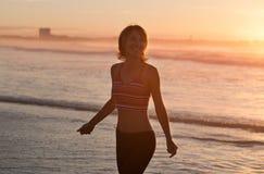 йога женщины пляжа практикуя Стоковое Изображение